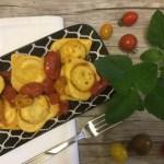 Ravioli di Quartirolo Lombardo DOP ed erba pepe con pomodorini arrosto