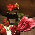 Confettura di fragole, ciliegie e petali di rosa