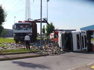 11052015 camion ribaltato origgio (2)