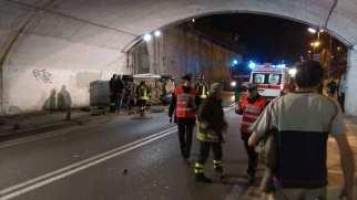 06042016 incidente via primo maggio auto ribaltata (2)