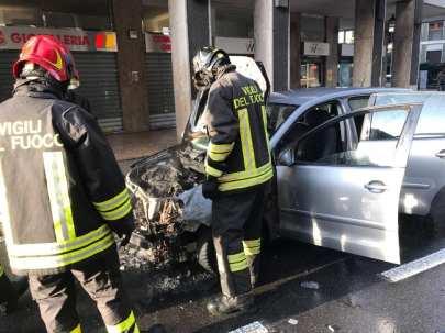 20190930 incendio auto in via caduti liberazione (1)