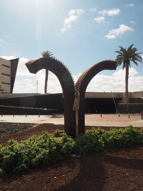 Reißverschluss-Skulptur in Puerto de Rosario von J. Miguel Cubas