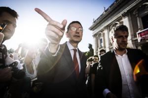 Il sindaco di Roma, Ignazio Marino, all'esterno del Campidoglio per un incontro con i cittadini, Roma, 13 giugno 2013. ANSA/ANGELO CARCONI