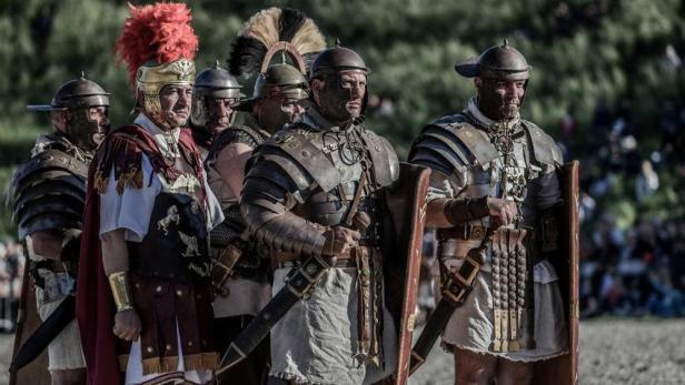50f24090-4229-11e8-8634-eb6027fc1288_Rievocatori del Gruppo storico romano-kYCH-U1110454889197N9B-1024x576@LaStampa.it