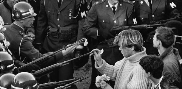 La storica foto scattata da Bernie Boston in cui un manifestante infila dei fiori nelle canne dei fucili di soldati della Guardia Nazionale durante una manifestazione contro la guerra in Vietnam a Washington, D.C.