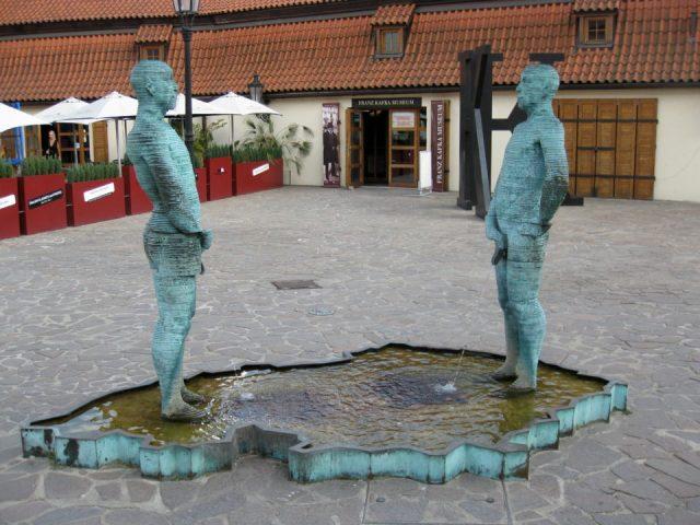 Pissing men Kafka a Praga