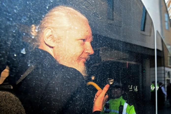 julian assange tra celebrazioni eroiche