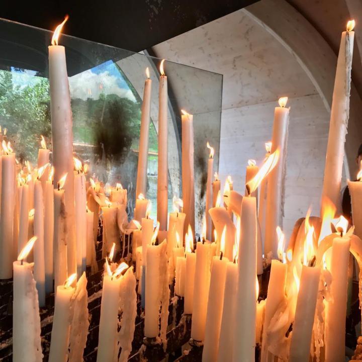 Les cierges allumés par les pélerins