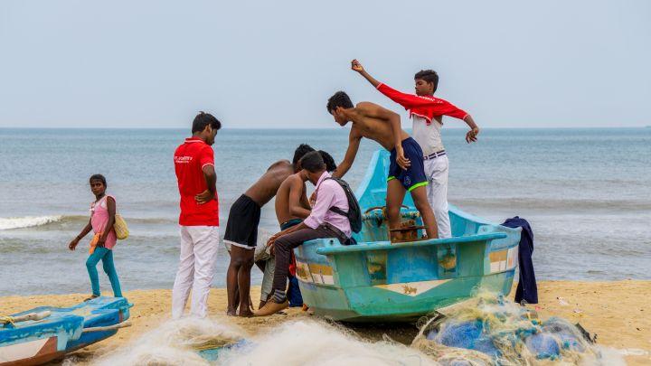 Jeunes dans une barque