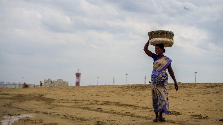 Une femme vend des cacahuèts sur la plage