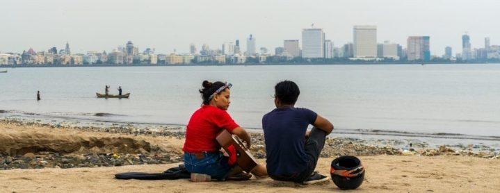 Une guitariste indienne, à Girgaon Beach