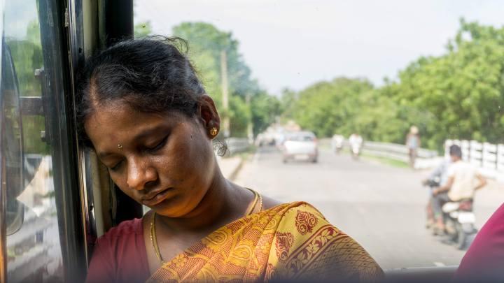 Une femme endormie dans le bus
