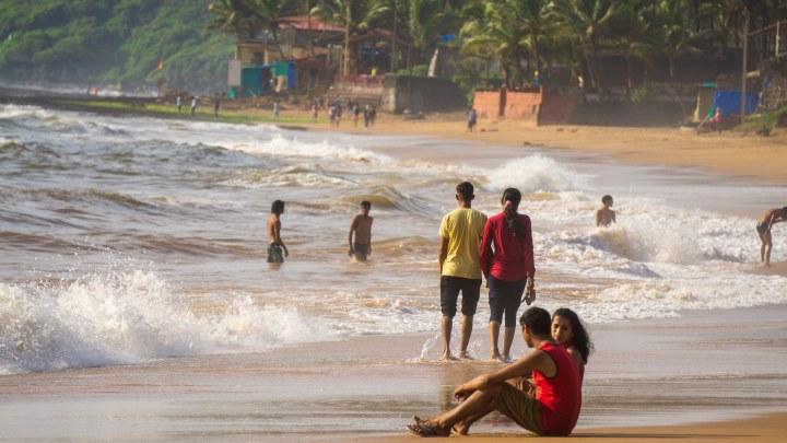 De jeunes Indiens sur une plage de Goa