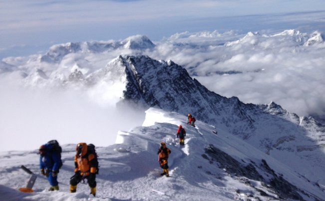 puncak gunung lhotse