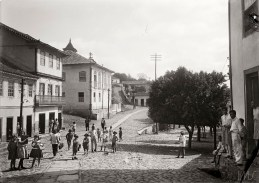 Chichico Alkmim. Crianças na atual rua Macau do Meio, sd. Diamantina, Minas