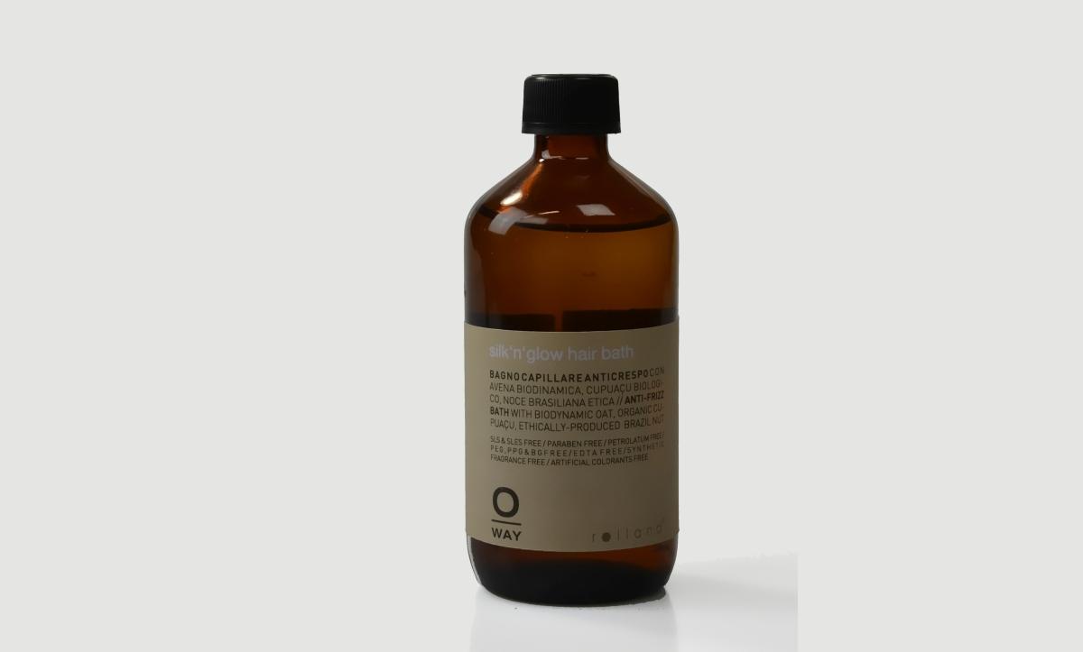 Šamponová lázeň Oway Rolland Silk´n glow (240 ml, 644 Kč) je určená pro vlasy hrubé, krepaté, porézní. Kadeřníci tuto řadu doporučují pro regeneraci vlasů v zimním obdobím. Díky blahodárnému složení z pšeničných bílkovin, organického másla cupauca, etickému oleji z brazilského ořechu, biodynamickému extraktu z ovsa a výtažků z kokosu, budou vaše vlasy hebké jako hedvábí a neuvěřitelně lesklé, takže krepatění bude minulostí.