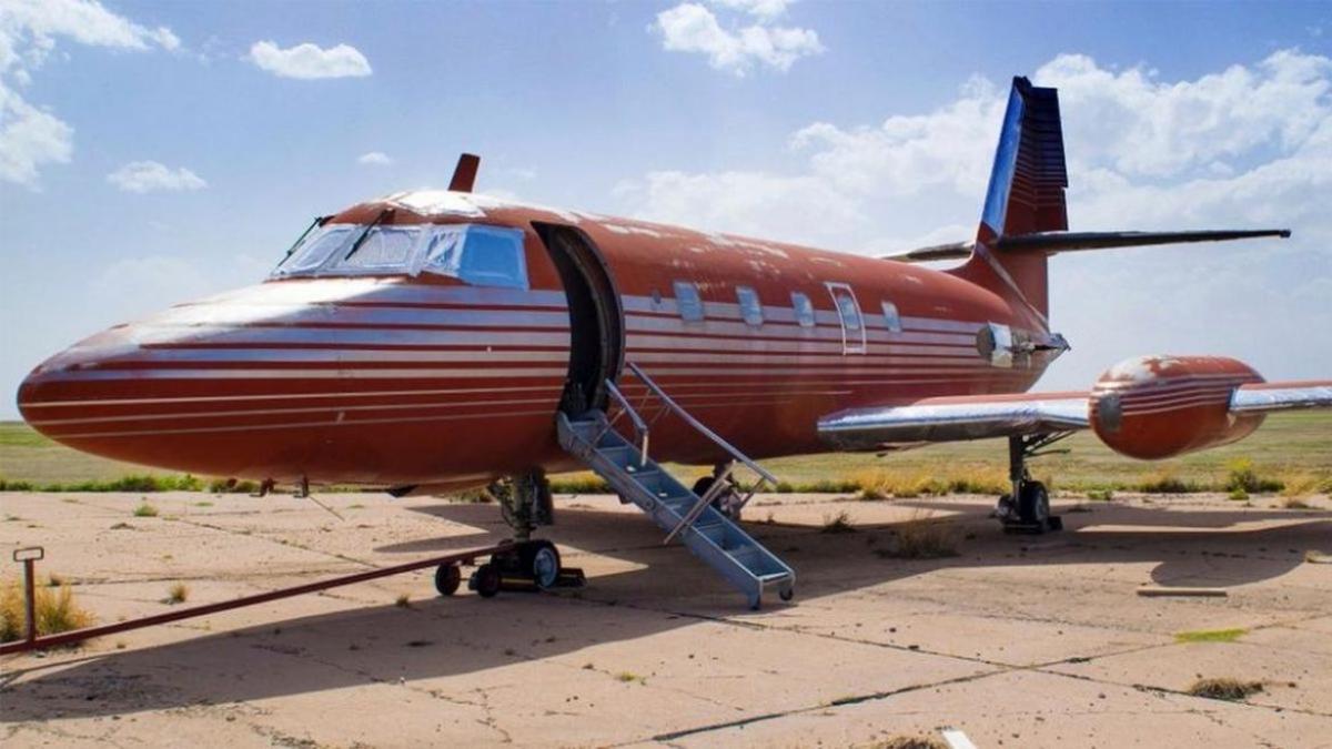 Elvis-Presleys-private-plane-1170x658