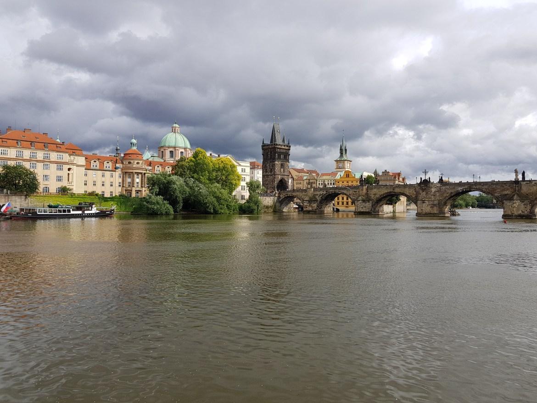 La città di Praga vista dalla Moldava