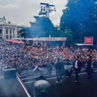Il Volo Facebook eurovision - informal performance the crowd and Il Volo, Vienna 2015