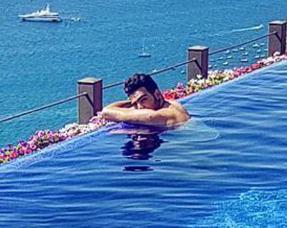 igny-in-pool-2