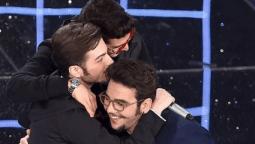 IL VOLO in a group hug