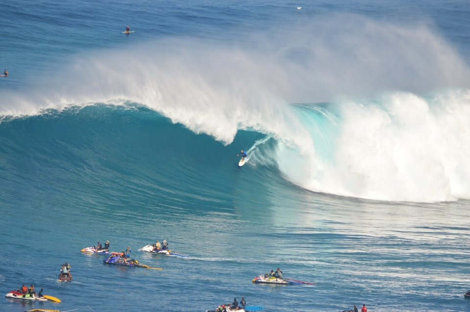 Shane Dorian threads a Peahi tube.