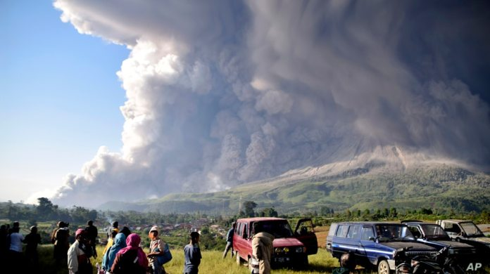 Indonesia S Mount Sinabung Volcano Erupts Voice Of America English