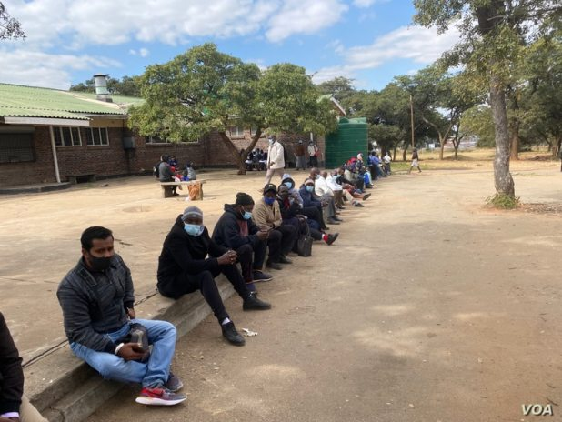 Zimbabweans line up for COVID-19 jabs, at Harare Central Hospital, June 24, 2021. (ColumbusMavhunga/VOA)