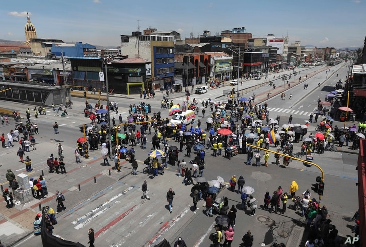 People block an intersection as they protest for the right to work during partial lockdowns implemented by Mayor Claudia Lopez…