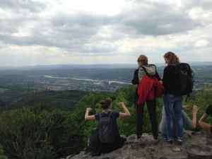 Wandergruppe auf der Löwenburg