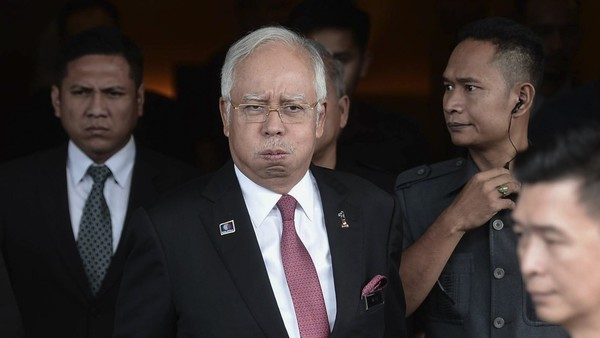 Malaysia's Prime Minister Najib Razak (C) reacts as he leaving after attending a parliament session in Kuala Lumpur, Malaysia, 26 January 2016