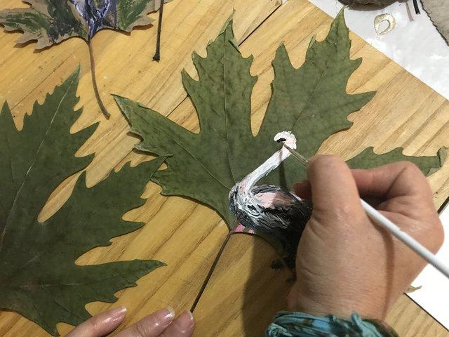 Kurumuş yaprakları sanat eserine dönüşüyor