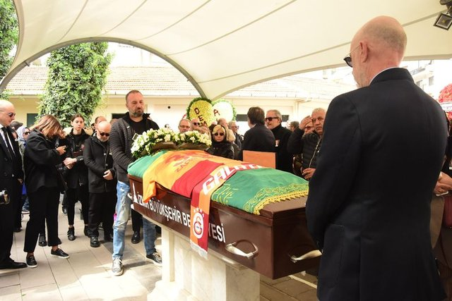 Demet Akbağ'ın eşi Zafer Çika cenazesi son yolculuğuna uğurlanıyor! Demet Akbağ'ın gözyaşları... - Magazin haberleri