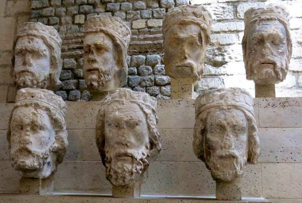 Giyotine gönderilen heykellerin kesilmiş başları şimdi Paris'teki Cluny Müzesi'nde sergileniyor.