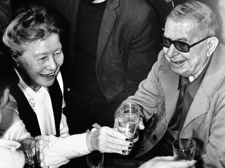 «Вторая волна» западного феминизма началась в конце 1940-х и схлынула в конце 1980-х. Ее идеологом стала французский писатель и философ Симона де Бовуар (слева). В 1949 году вышла ее книга «Второй пол», посвященная положению женщины в послевоенном мире. На основе идей экзистенциализма Жана-Поля Сартра (справа), ставящего во главу угла проблему свободы выбора и ответственности каждого за свою жизнь, госпожа де Бовуар утверждала: женщины лишены этой свободы из-за социальной мифологии, сформировавшейся вокруг представлений о женственности