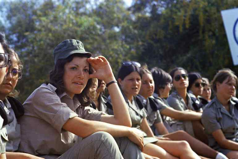 В 1959 году Израиль принял закон об обязательной воинской повинности для мужчин и женщин, достигших 18-летнего возраста. С этого момента израильская армия стала одним из самых ярких символов гендерного равенства в мире. В 2014 году обязательную срочную службу в армии для женщин ввела Норвегия