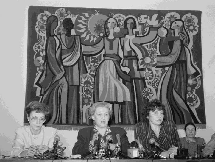 Борьба шла не только в США. В 1993 году в России появилось общественно-политическое движение «Женщины России». В том же году его представительницы прошли в Госдуму, где создали собственную фракцию. 1 апреля 2007 года в Великобритании был принят закон «О равенстве», обязавший государственные органы «содействовать равенству возможностей между мужчинами и женщинами». А в 2008 году власти Норвегии ввели новые правила для бизнеса. В соответствии с ними, женщины должны были занимать не менее 40% мест в совете директоров