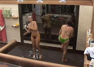 Ana Carol e Nany People cantaram e dançaram durante o banho