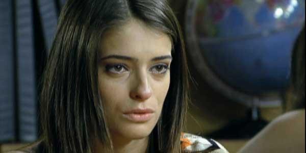 Débora termina com Marcelo e parte sozinha para Londres