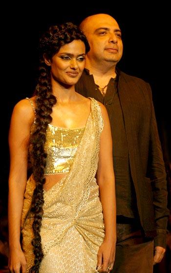 Vipasha Agarwal in a lemon and gold lace sari