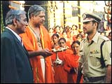 Dr Mohan Joshi (extreme left) and Ajay Devgan (extreme right) in Gangaajal