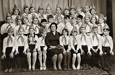Виталий Манский — 4-й справа во втором ряду