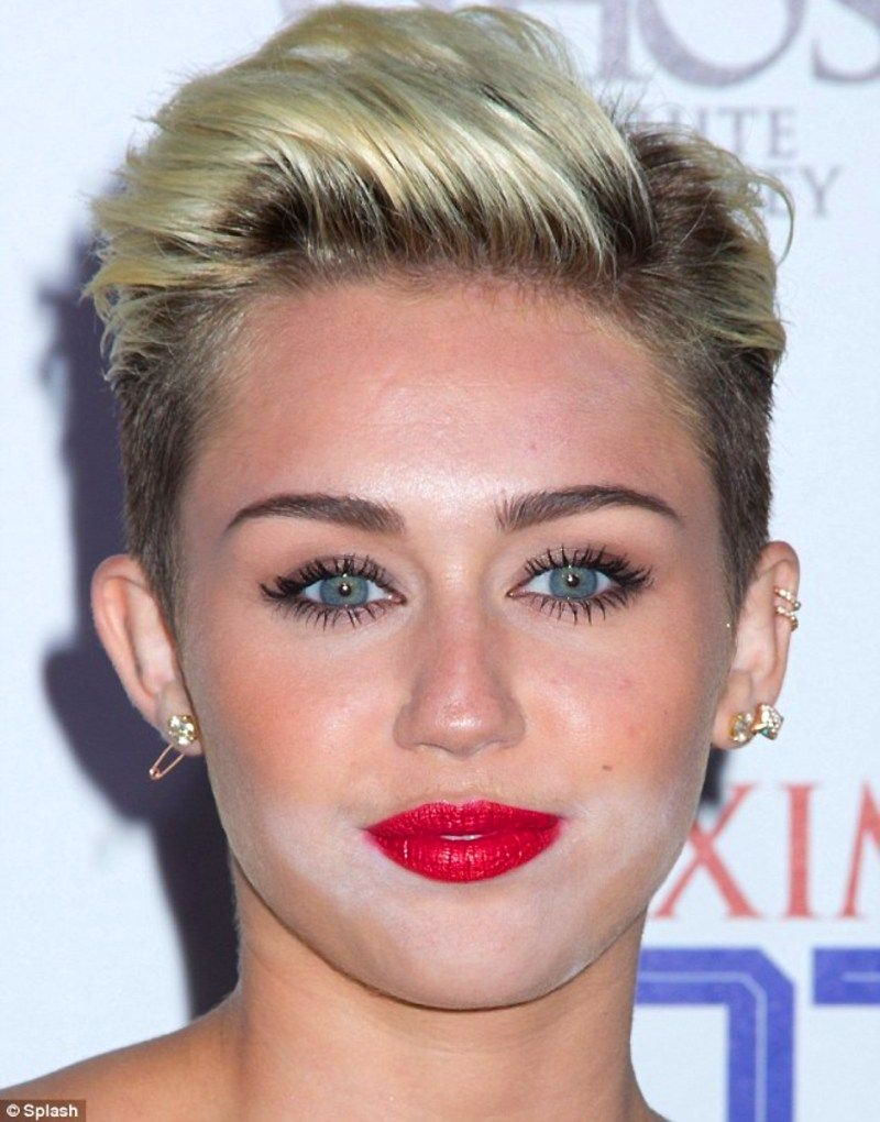 Miley Cyrus White Powder Face In 2017