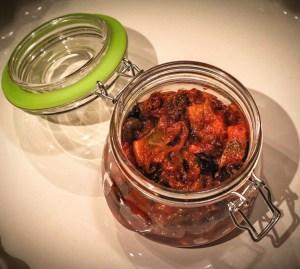 Śledzie w słodko-pikantnej zalewie pomidorowej z suszonymi śliwkami