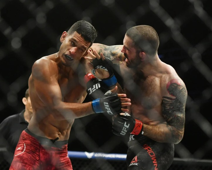 Even at his ripe old age, Matt Brown was able to surprise Miguel Baeza with heavy elbows in the clinch | Lima vs Brown