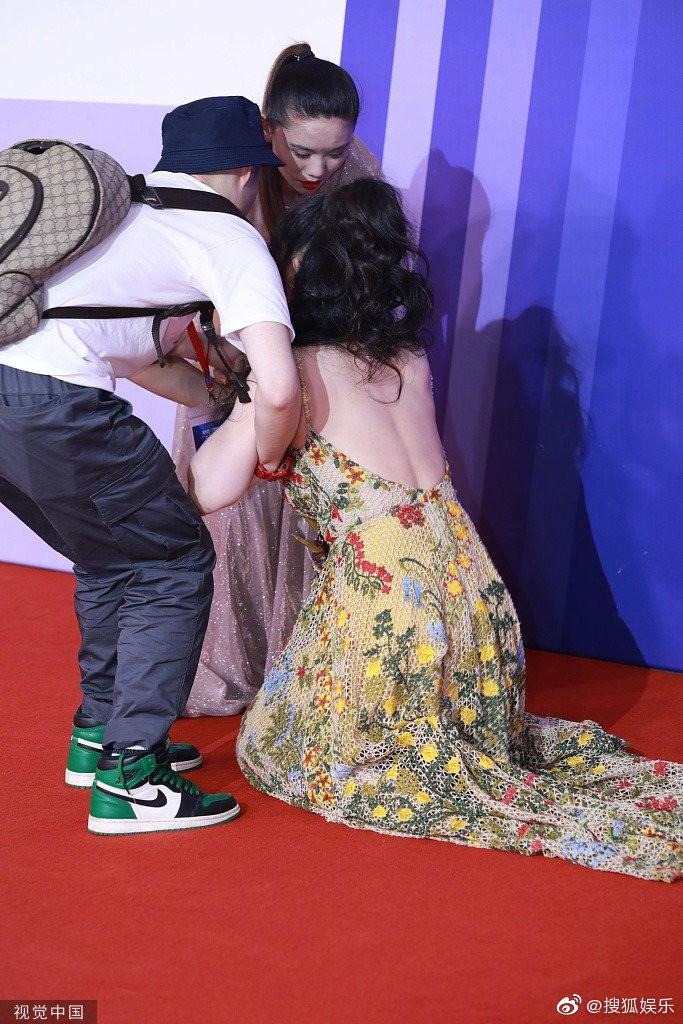 'Thánh nữ ngực đẹp Trung Quốc' vồ ếch trên thảm đỏ là ai? - 2