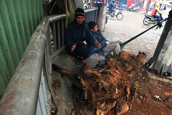Rét 10 độ C, người Hà Nội trùm chăn, mặc áo mưa ra đường - 3