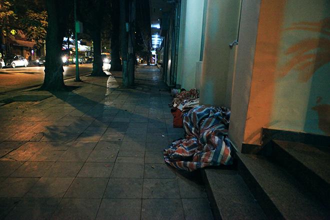 """Ảnh: Người vô gia cư trong đêm lạnh """"ác mộng"""" ở Hà Nội - 6"""