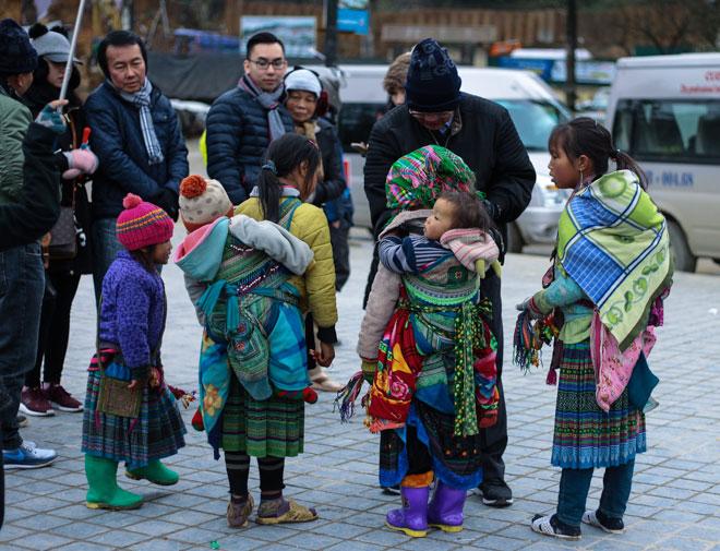 Trẻ nhỏ Sa Pa chân trần, mặt tím tái trong giá lạnh khủng khiếp - 10