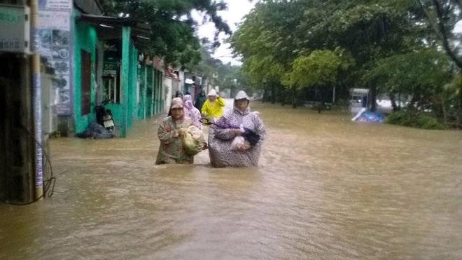 Hình ảnh lũ khủng khiếp ở miền Trung khiến dân chịu trận - 3